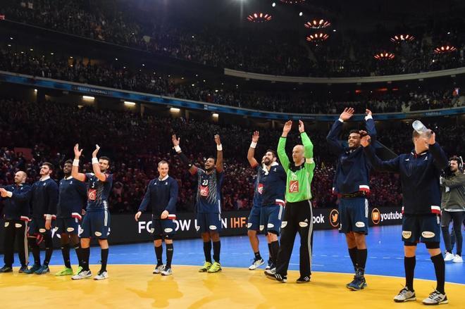 La selección francesa de balonmano celebra la victoria ante Islandia