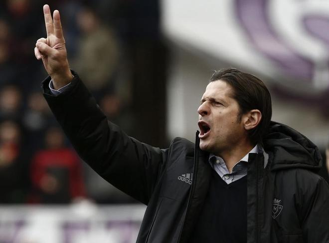 El entrenador serbio de Osasuna, Petar Vasiljevic, da instrucciones a sus jugadores.