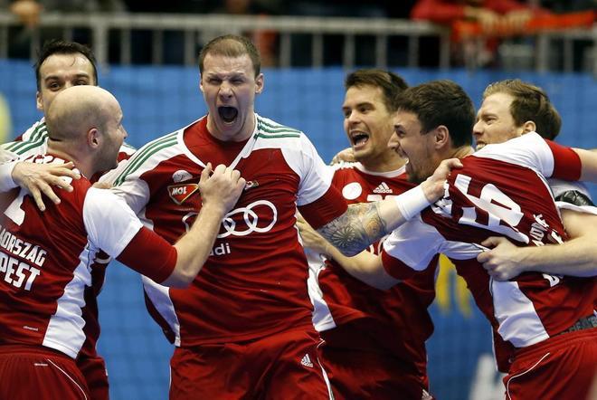 Los jugadores húngaros celebran la victoria ante Dinamarca