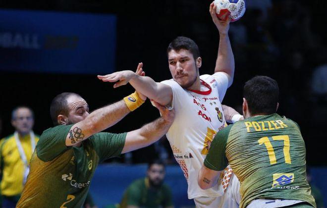 Dujshebaev supera a Teixeira y Pozzer, durante el partido de octavos ante Brasil.