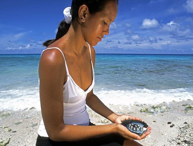 Hoy los polinesios se ganan la vida gracias a las perlas que se crían en las granjas.