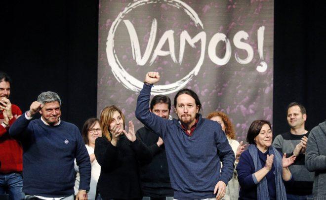 El secretario general de Podemos, Pablo Iglesias, saluda a sus...