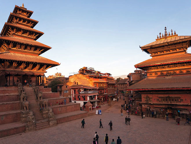 La plaza de Taumadhi, donde se alza el templo más alto de Nepal (a la izquierda).