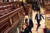 Ministros y diputados abandonan una sesión en el Congreso.