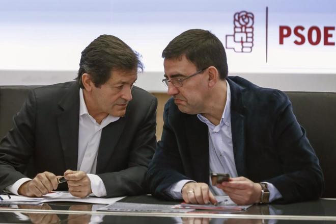Javier Fernández y Mario Jiménez en la reunión de hoy de la Gestora del PSOE en Madrid.