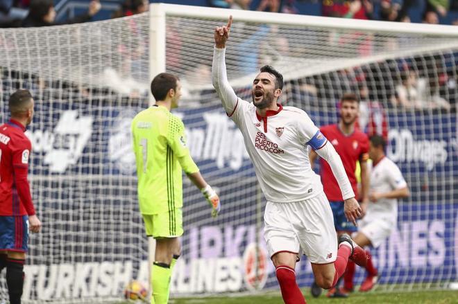 Iborra celebra uno de sus goles marcado al Osasuna en El Sadar
