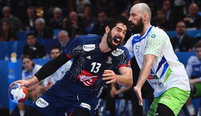 Karabatic y Vid Kavticnik, durante la semifinal Francia-Eslovenia.