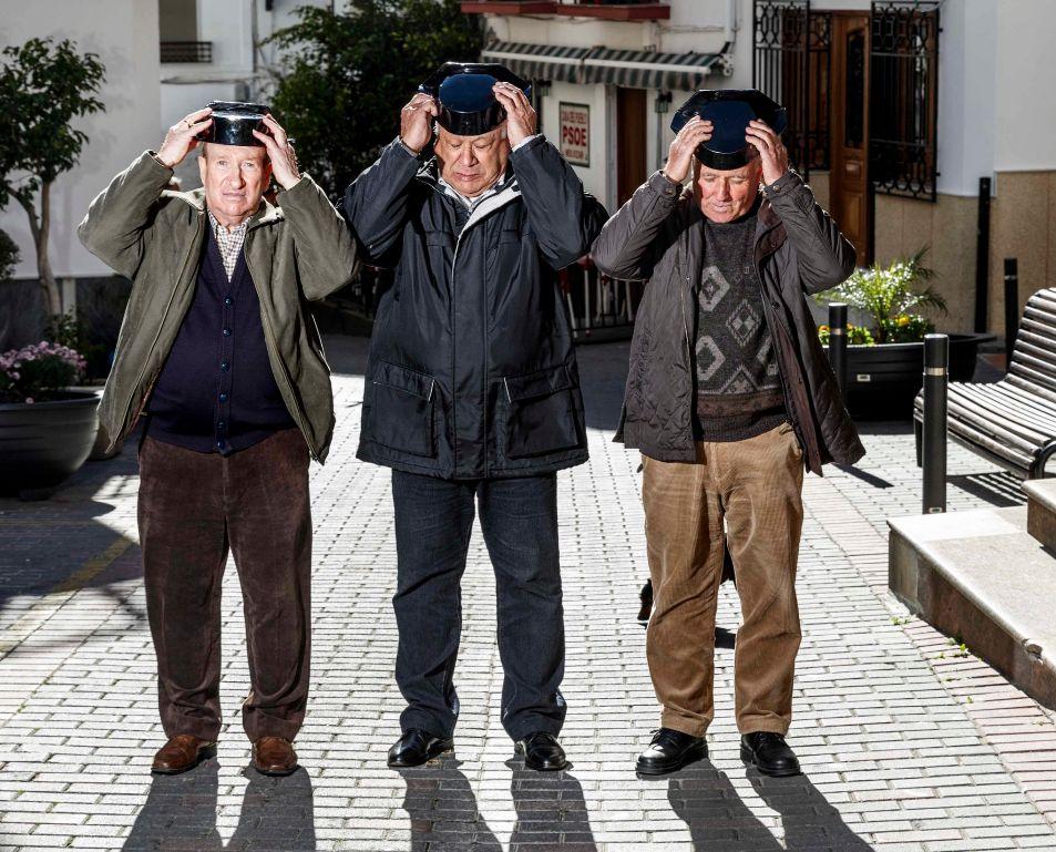 Tres de los guardia civiles de Molvízar, ya jubilados, en la plaza...