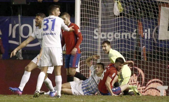 Fornals reclama un penalti en el área de Mario.