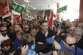El ex secretario general del PSOE, recibido por simpatizantes en Dos...