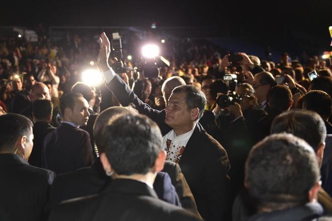 Rafael Correa saluda a los asistentes de su acto en Madrid.