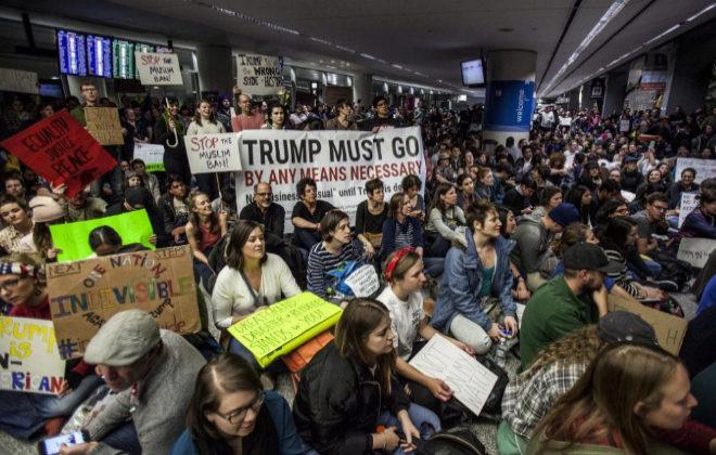 Cientos de personas congregadas en el aeropuerto de San Francisco para protestar contra Trump.