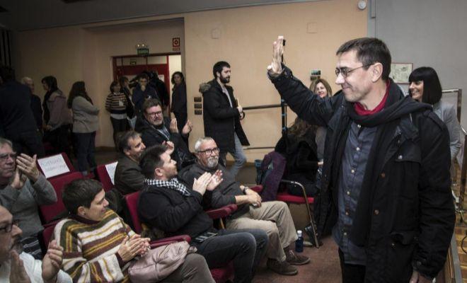 El fundador de Podemos, Juan Carlos Monedero, saluda a su llegada en un acto en Valencia.