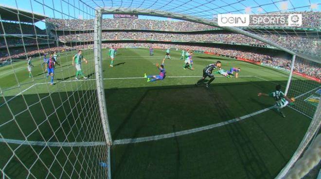 Imagen en la que se ve el gol fantasma de Jordi Alba al Betis.  beINSPORTSes 3bef75afd3d