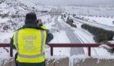 Un agente de la Guardia Civil, en una autovía de Murcia afectada por...