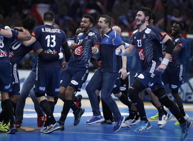 La selección francesa celebra su victoria en el Mundial de casa.