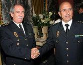 Florentino Villabona, derecha, saluda a su sustituto como jefe...