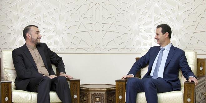 El presidente sirio, Bashar Asad (dcha.), en una aparición pública,...