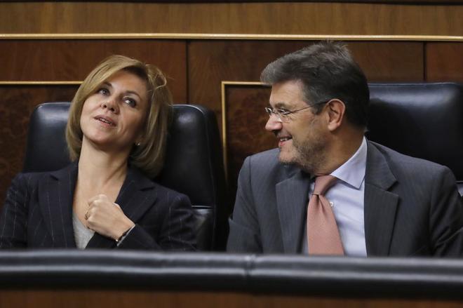María Dolores de Cospedal, este martes en el Congreso con el ministro de Justicia, Rafael Catalá.