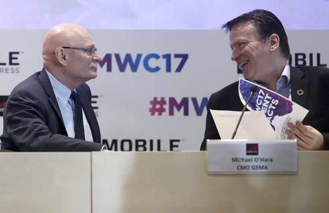 El delegado de GSMA, John Hoffman, y el responsable de marketing de esta asociación mundial de operadores móviles, Michael O,Hara (d)
