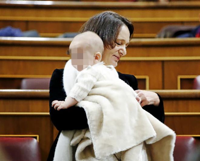 Carolina Bescansa, con su hijo Diego en el Congreso de los Diputados.