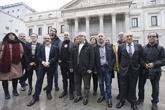 Los secretarios generales de CCOO y UGT posan con varios diputados...