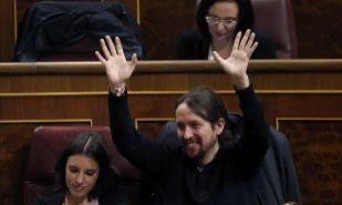 Pablo Iglesias, durante el Pleno del Congreso de hoy, junto a Irene...