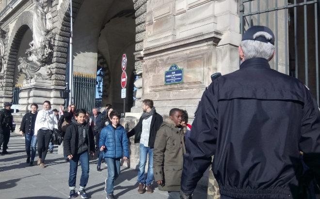 Un grupo de estudiantes abandonan el Louvre.