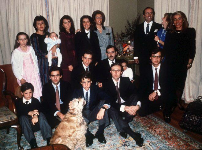 Foto de familia de los Ruiz-Mateos al completo:Teresa y José María, los patriarcas, y sus 13 hijos, dos nietos e incluso el perro.