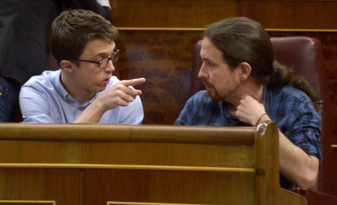 Iñigo Errejón y Pablo Iglesias, en sus escaños del congreso.