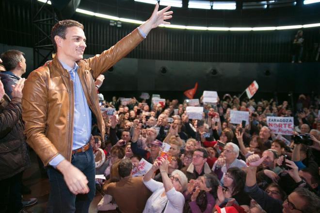 Pedro Sánchez saluda a sus seguidores esta mañana en Zaragoza.
