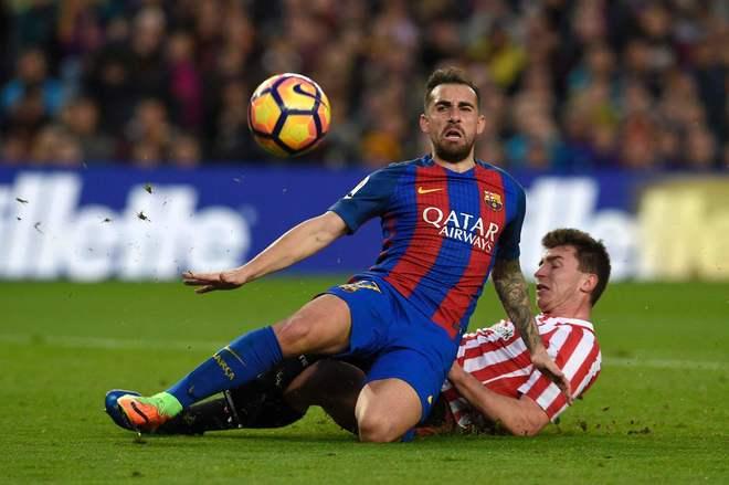 Paco Alcácer lucha por un balón con Laporte, este sábado en el Camp Nou.
