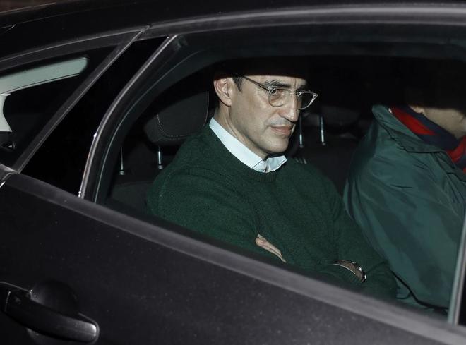 El ex teniente de alcalde de Barcelona Antoni Vives, abandona su casa en un coche policial tras haber sido detenido