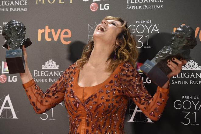 Emma Suárez, exultante con sus dos Goyas.