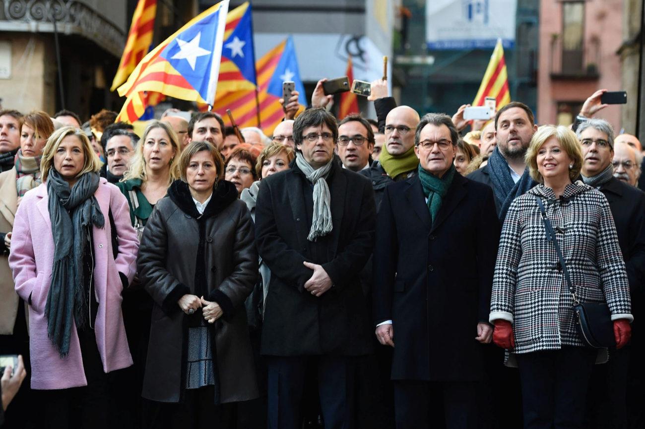 Carles Pugdemont (centro), Artur Mas (a su derecha), Carme Focadell (a...