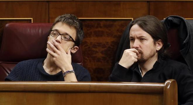 Íñigo Errejón y Pablo Iglesias, en sus escaños en el Congreso de...