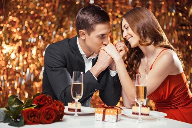 Una pareja en actitud romántica