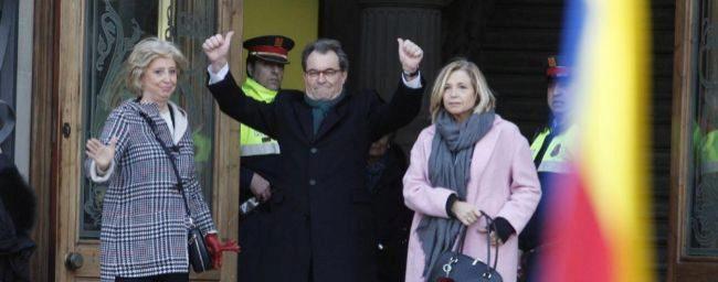 Artur Mas, entre Irene Rigau y Joana Ortega, antes de entrar en el...