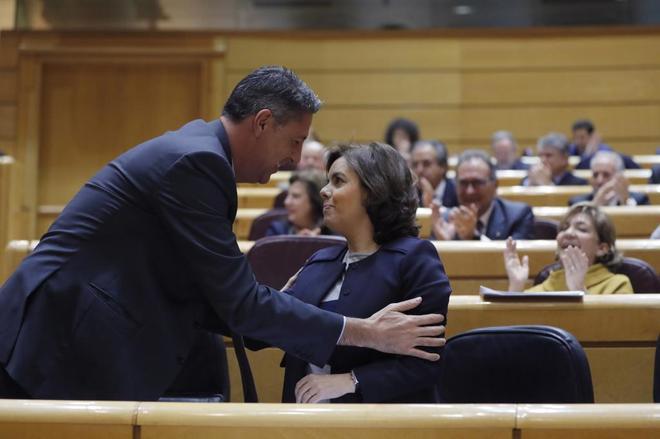 Soraya Sáenz de Santamaría, con el líder del PP catalán, Xavier...