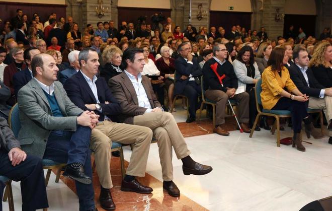 El ex presidente del PP en Canarias José Manuel Soria este viernes en un acto del partido en Las Palmas de Gran Canaria junto al ex alcalde Juan José Cardona.