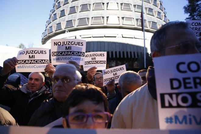Colectivos de discapacitados intelectuales protestan frente al...