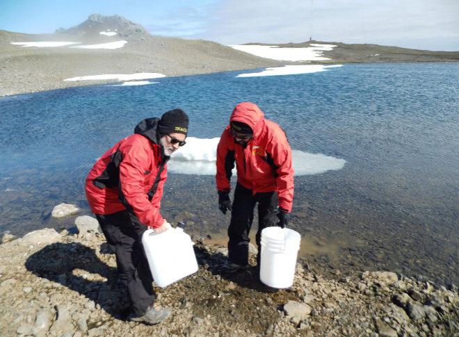 Los científicos de la expedición a la Antártida tomando las muestras.