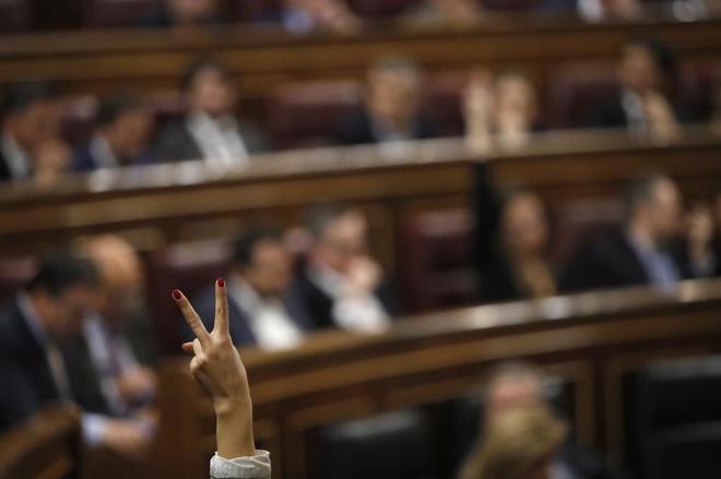 Detalle del gesto de una diputada captado en el Congreso de los...