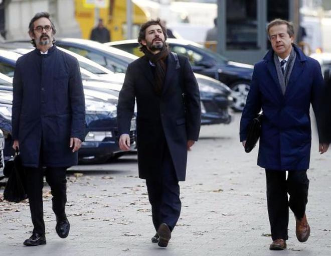 Oleguer Pujol (centro), junto a sus abogados, antes de declarar en la...