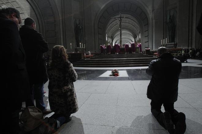 Un grupo de fieles reza en la Basílica del Valle de los Caídos, que...