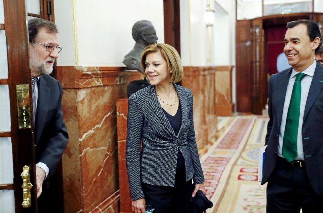 Mariano Rajoy, en el pasillo del hemiciclo del Congreso con María...