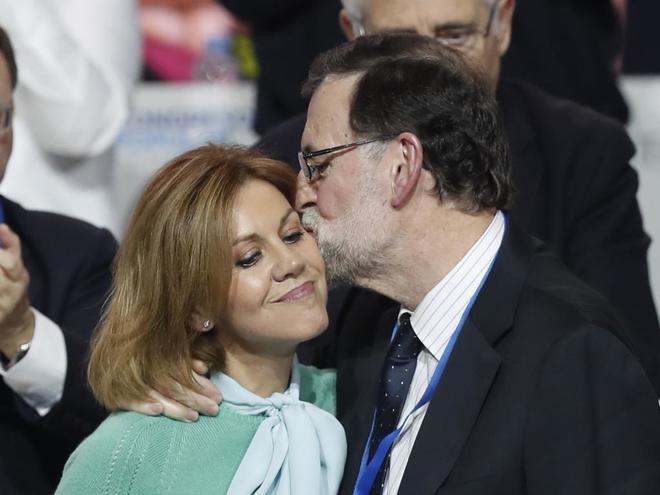 Mariano Rajoy besa a María Dolores de Cospedal tras presentar el...