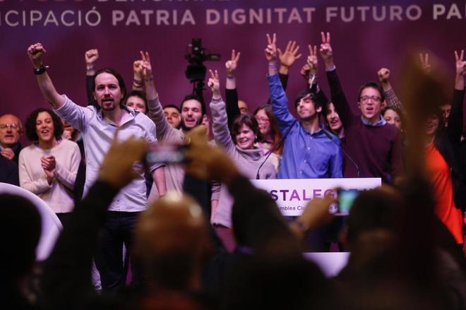 Pablo Iglesias, puño en alto, e Íñigo Errejón junto a sus partidarios haciendo el gesto de la V con los dedos, durante la asamblea de Vistalegre II.