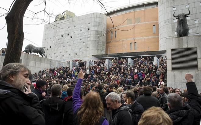 Los asistentes a la Asamblea Ciudadana de Podemos se agolpan en las...