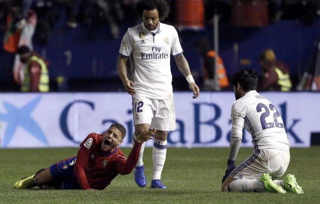 Tano grita de dolor ante la mirada de Isco y Marcelo.